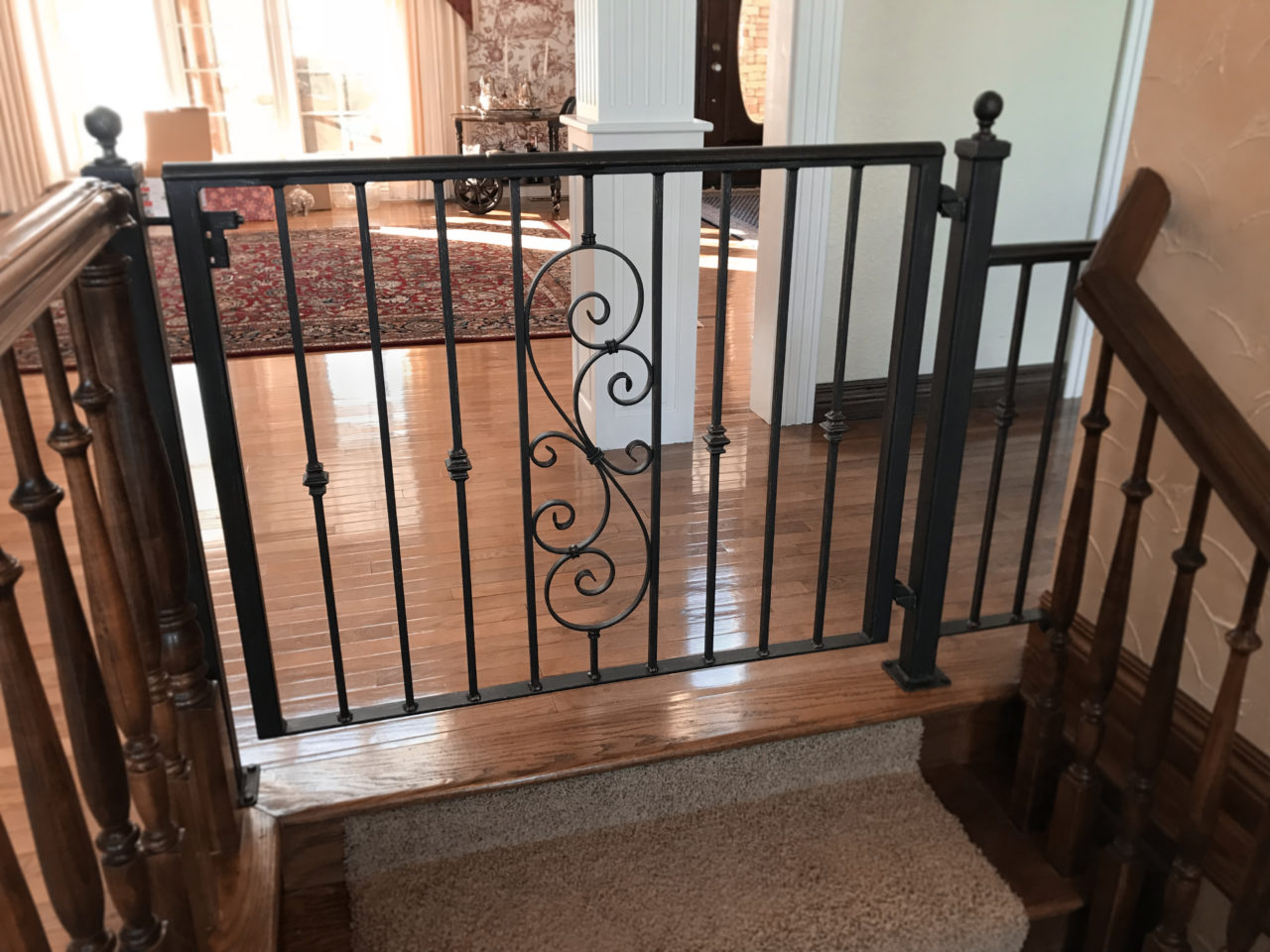 STAIR GATE WITH SINGLE SCROLL